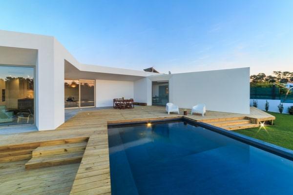 Construire une piscine semi-enterrée