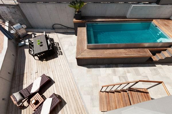 Construire une terrasse en bois pour une piscine hors sol